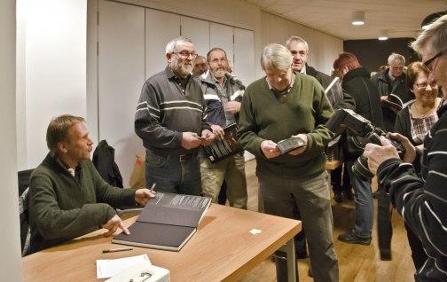 Brutus Östling signerar sina böcker.                  Foto  Klas Larsson