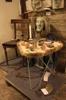 Bord med gammal tapet och blad. Lyckonötter, pälsklädd stol och rakumasker.