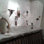 Masker i visningsrum på Galleri70 höst-16