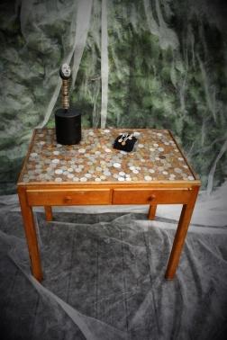 Tre objekt med återbrukade mynt, vinster i Halmstad församlings jullotteri 2017.