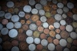 Närbild bordsskiva med mynt