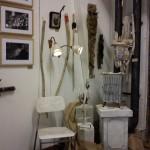 Lampor, stol träarbeten och metallhängen