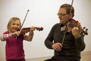 Milla spelar tillsammans med pappa Mårten