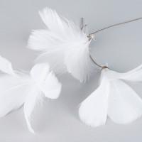 Vita fjädrar på ståltråd