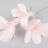 Rosa fjädrar på ståltråd