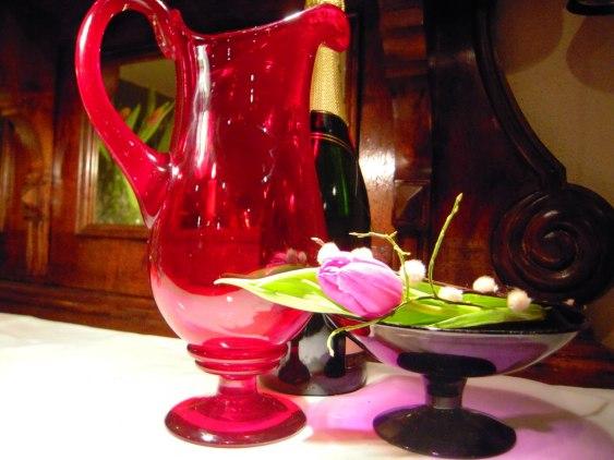 Antikt glas, vackra skålar... Gammalt på Nytt erbjuder ett stort antal föremål.