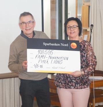 Lennart Nordmark (Piteå Lions) överlämnar 108 595 kr till föreningen/forskningen i samband med årsmötet 2018. TACK!
