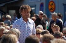 Hedersutmärkelsen gick 2011 till Krister Svahn. Ett fullsatt Makrillfestivalen följer honom när han tar sig fram och upp på scen. Motiveringen ser du här till vänster.