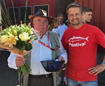 """Årets Buabo 2017 - Nils Erik """"Dubbelnisse"""" Nilsson - med fin bukett från Åkrabergs Trädgård och en specialdesignad skål av Marie Ragnarsson, Ax Konst och Keramik."""