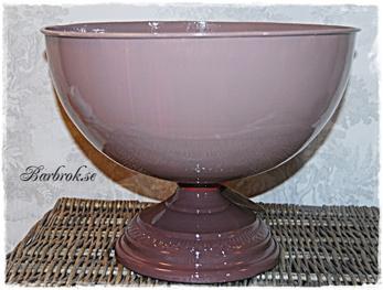 Dovt rosa i plåt. 24 cm hög, 31 cm i diameter.