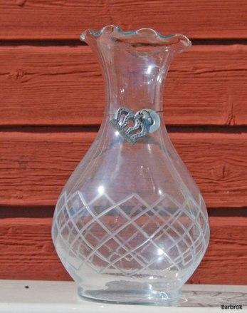 """Vas """"Gammelmor"""" från Chic Antique. 21 cm hög med hänge i form av krona runt halsen"""