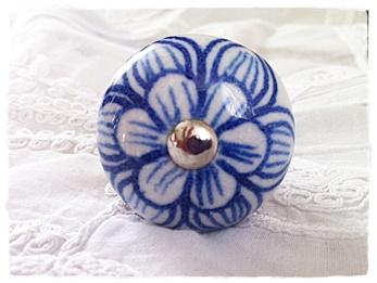 Porslinknopp, vit med blå blomma. 4 cm diameter. Från danska Nordal. 6 st på lager