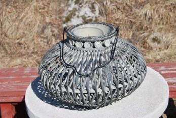 Stor rottinglykta innehållande en glasburk där ljuset placeras