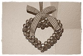 Hjärta från Lene Bjerre med silverfärgade bjällror, 13 cm högt. Band och snöre ingår