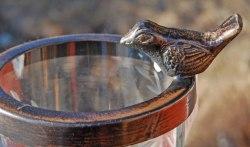 Söt lykta/vas där metallringen med fågeln är löstagbar