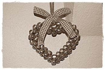 """Hjärtan bestående av massor av små silverfärgade bjällror. Kommer från Lene Bjerre och du hittar dem under """"Prydnader"""""""