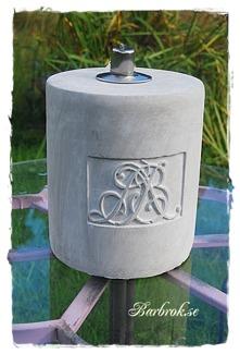 Oljelamporna i cement återfinner du under lyktor