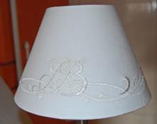 Den runda skärmen återfinner du under rubriken Lampor/lampskärmar