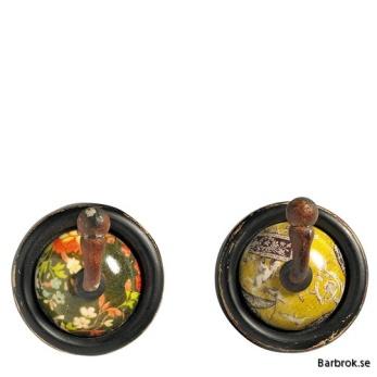 """Hängare Vintage från Nordal, keramik och trä. Diameter 7 cm. Önskas speciell färg ange detta under """"Meddelande till butiken"""" i köpeformuläret."""
