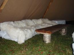 Vi sitter bekvämt på fårafällar.