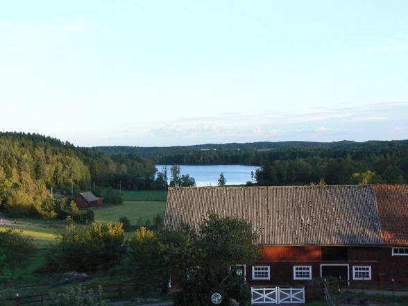 Vår fd gård Lärbo i Hallingeberg- Utsikt från bostadshuset mot stallet och sjön Kogaren.