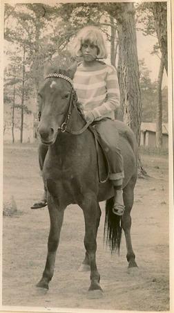 Christina på russet Mr Klipp som var lägerhäst på Stall Selin på Gotland 1966. Rätt rolig tidstypisk bild men vi red naturligtvis med ridhjälm!