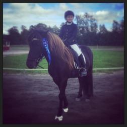 Alfari Mónas äldsta son vid sin tävlingsdebut tillsammans med Milly 9-år.
