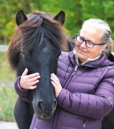 Christina med Mynta från Bergshill som är mor och mormor till många av våra uppfödningar. Foto Matilda Gunnar.