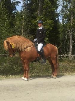 Millas son Annar från Ammor kom 3:a på sitt livs första tävling. Här med Jack Eriksson. Annar är e. Alfari från Ammor.