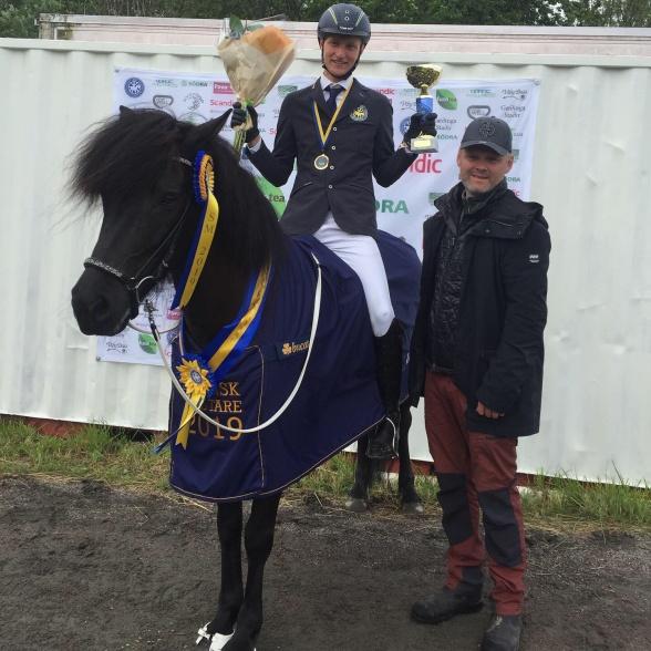 Svenska mästare! Jack Eriksson YR och Milla från Ammor. Här tillsammans med tränaren Hjalti Guðmundsson.