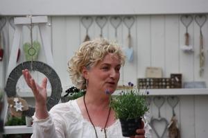 Lena Losciale föreläser i Sirishamn. Tack Lena Lönnborn, www.gronagudinnan.se för bild.