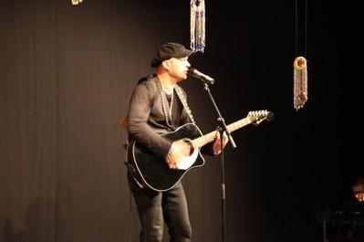 Demitri Keiski på scen i Kulturhuset