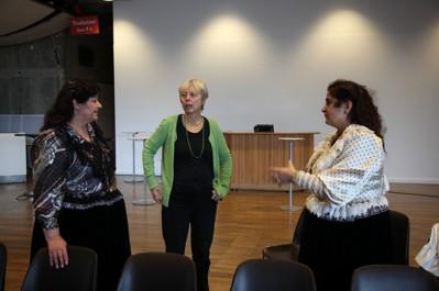 Hilja Grönfors, Kulturhusets producent Monica Dikanski och Miranda Voulusranta i samtal