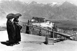 En 25-manna ensemble från Tibets huvudstad Lhasa framförde en mäktig komposition om Buddhas liv, med strupsångm horn, snäckor och trummor.