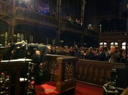 Yasmin Levy och hennes band tackar för sig i en entusiastisk synagoga. Klicka på bilden för mer info.