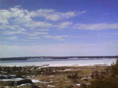 April - vy över fjärden. Vacker dag men blåsigt...