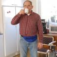 Lennart tar en kopp kaffe.