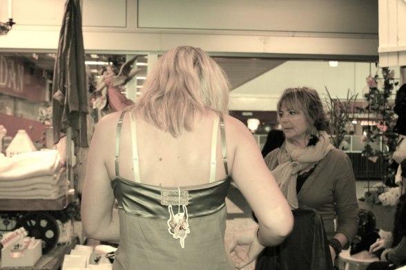 Fitting, Helena pillar på detaljerna och ägarinnan Anne-lie inspekterar outfitten