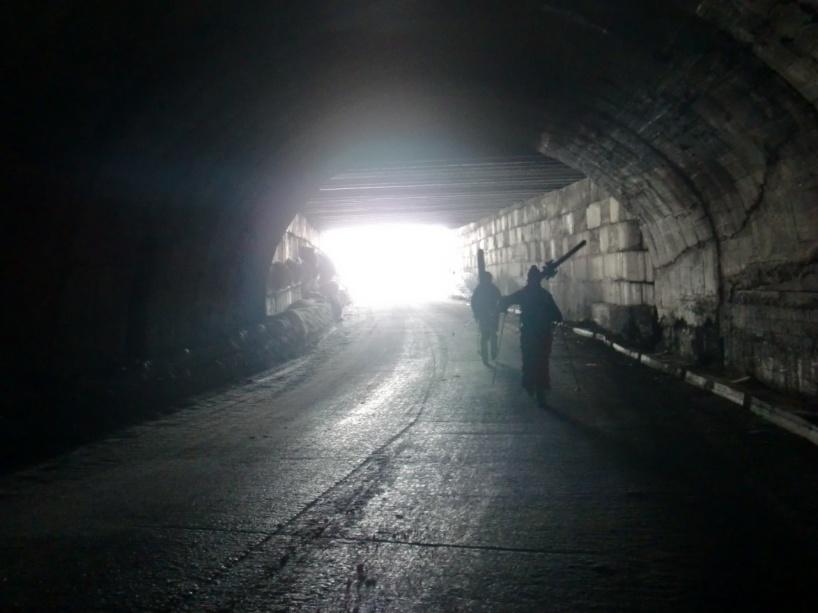 Vissa av tunnlarna var så mörka att man fick gå med staven som blindkäpp mot väggen för att inte tappa orienteringen helt.