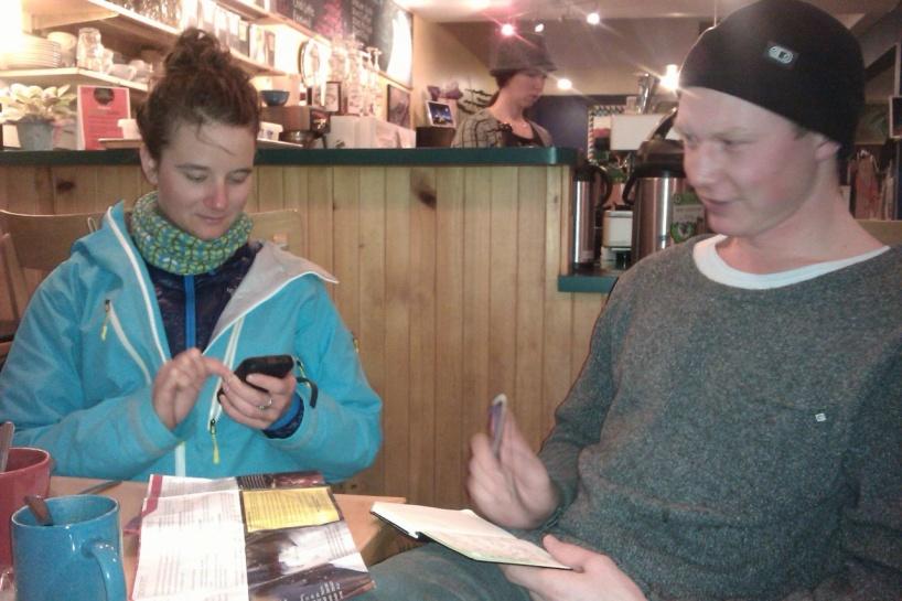 Leah bloggar och Erik tar anteckningar