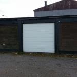 Vit Bredpanel, motormanövrerad garageport med nödurkoppling. Montering utförd i Åkersberga.