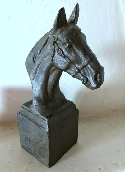 Hästbyst i gjutjärn