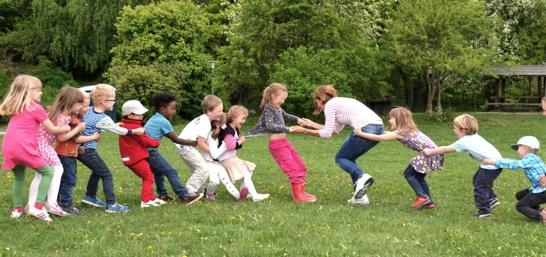 Lekande barn på föräldrakooperativ i enskede