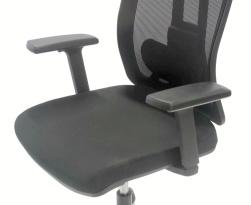 Ryggstöd höj och sänkbart. Armstöd justerbara i höjd. Vinklingsbara i sidled och längsleded.