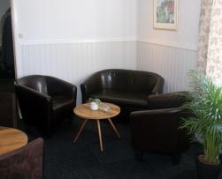 Club fotölj och soffa i brunt. Bord Pall Mall med 60 cm skiva