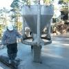 Gjutning med våra en av våra stora betongbaskrar
