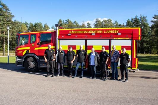 Styrelsen tillsammans med Bengt Nilsson från Agunnaryds Frivilliga Räddningsvärn framför station Ljungbys brandbil