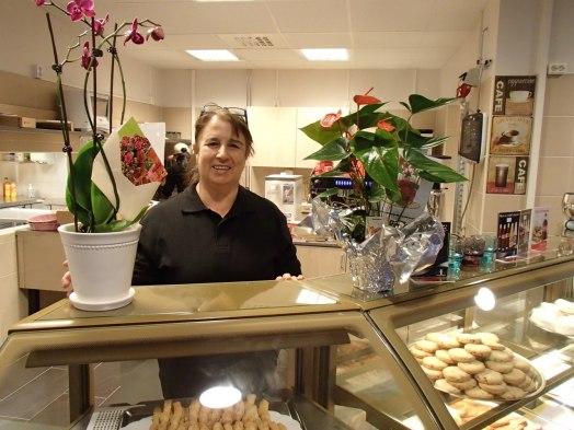 Ana i sitt nyöppnade café