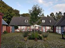 Gården är kringbyggd på klassiskt skånskt vis med en kullerstensgård. Gården byggdes i mitten av 1800-talet.