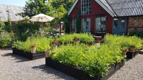 Gården är kringbyggd på klassiskt skånskt vis med en kullerstensgård som är lagd i ett rutmönster. Gården byggdes i mitten av 1800-talet.
